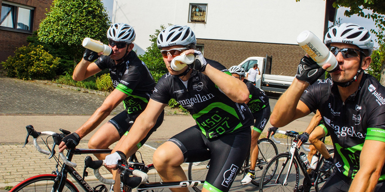 Squeezy Sponsoring - Foto Radfahrer trinken aus Squeezy Radflasche